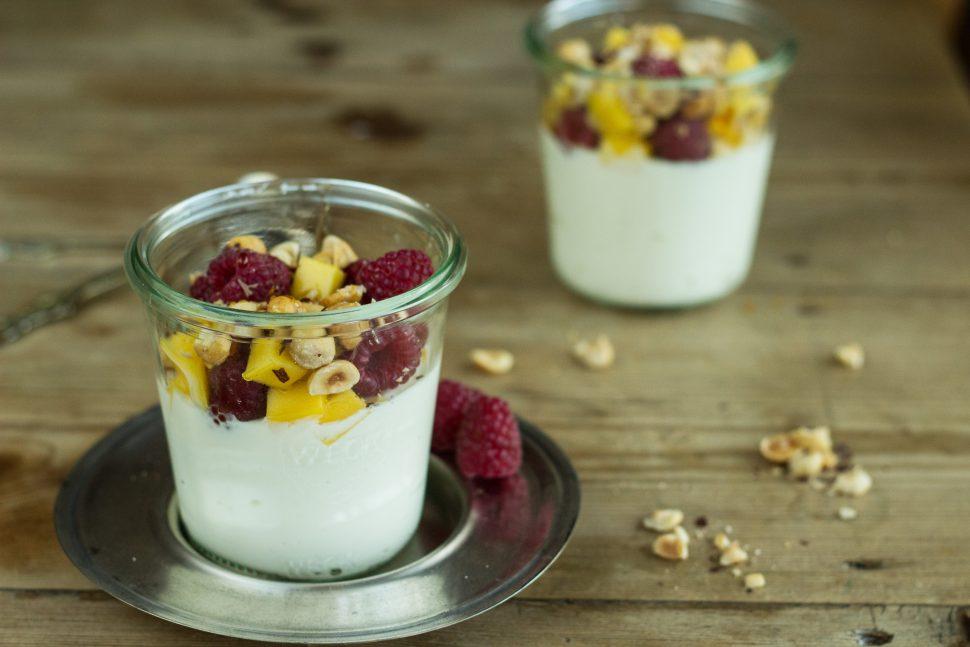 Schnelles Dessert: Topfen | Mango | Himbeeren | geröstete Haselnüsse