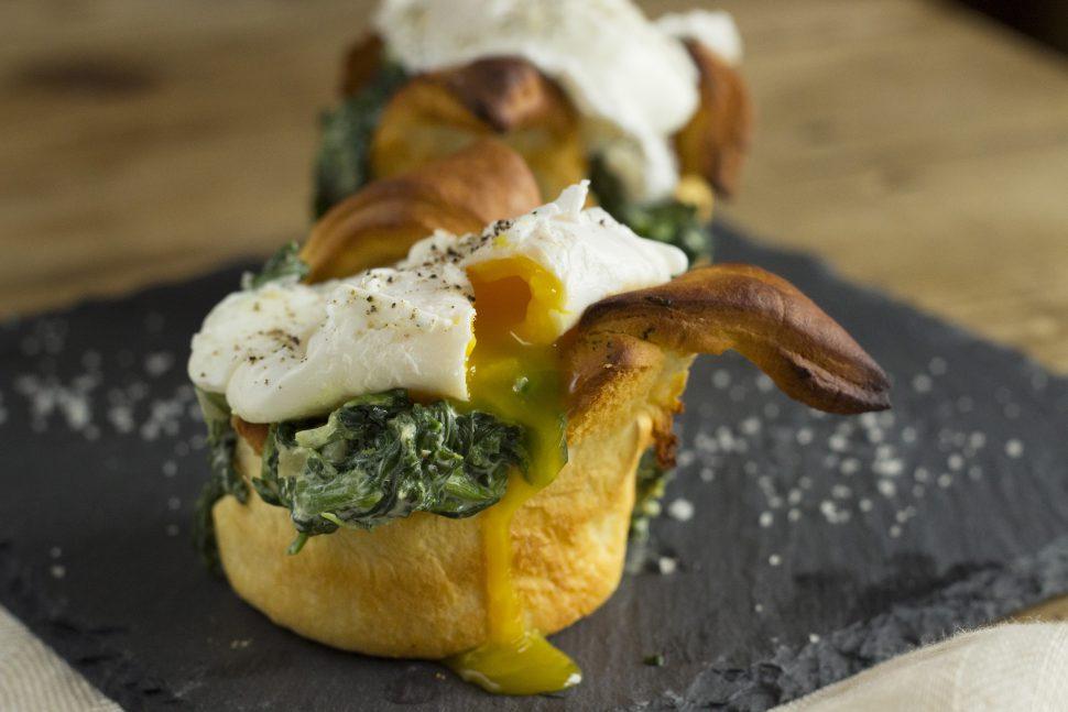Pochiertes Ei auf Spinat & Croissant-Nest