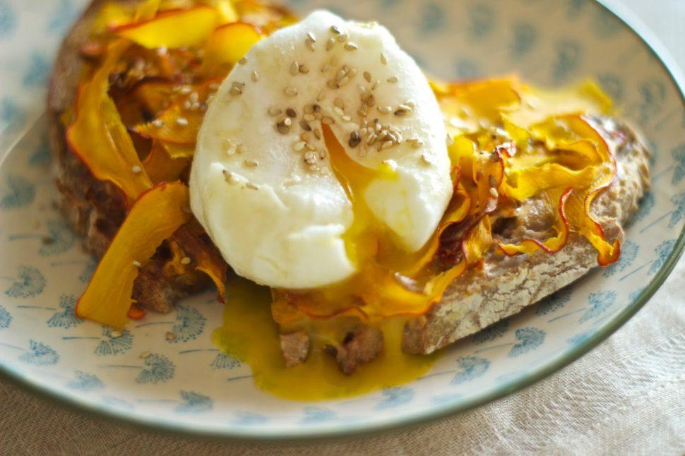Pochiertes Ei auf Kürbisnest & Walnußbrot