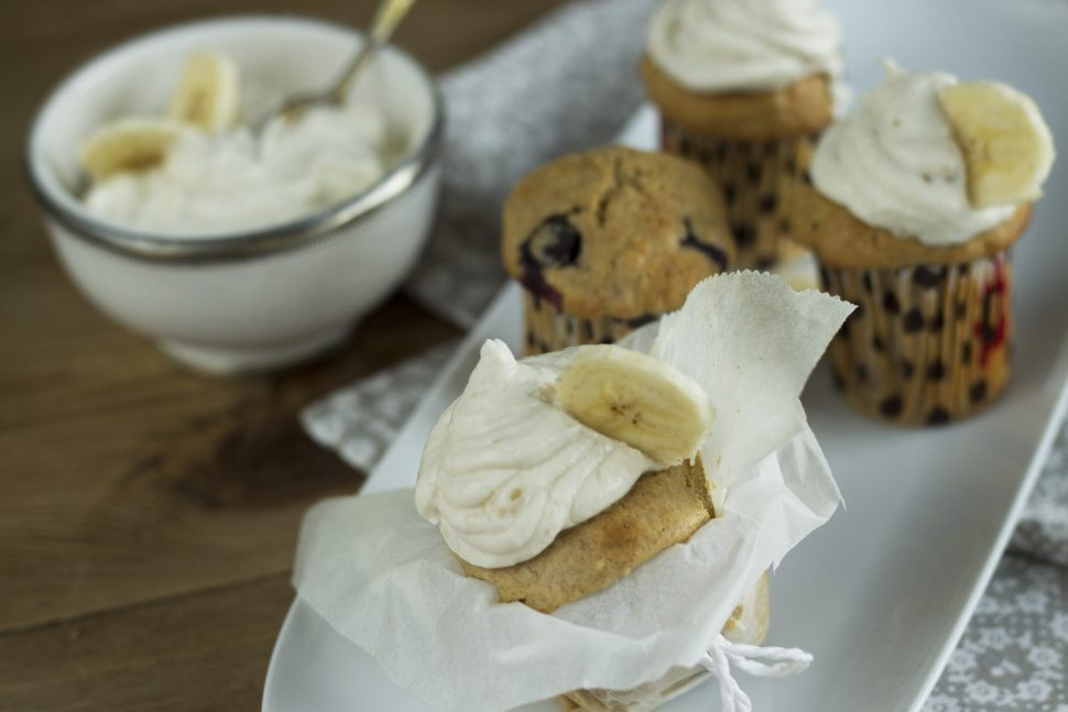 Power-Blaubeer-Cupcakes mit Bananentopping