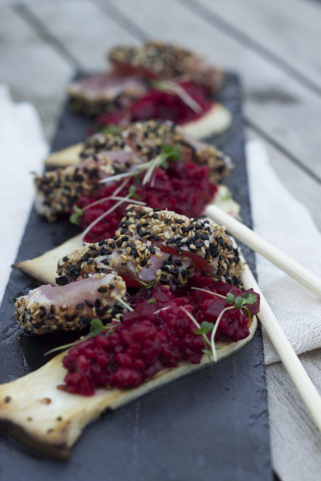 Thunfisch in Sesam-Pfeffer-Mantel & Rote-Rüben-Bulgur auf Kräuterseitling