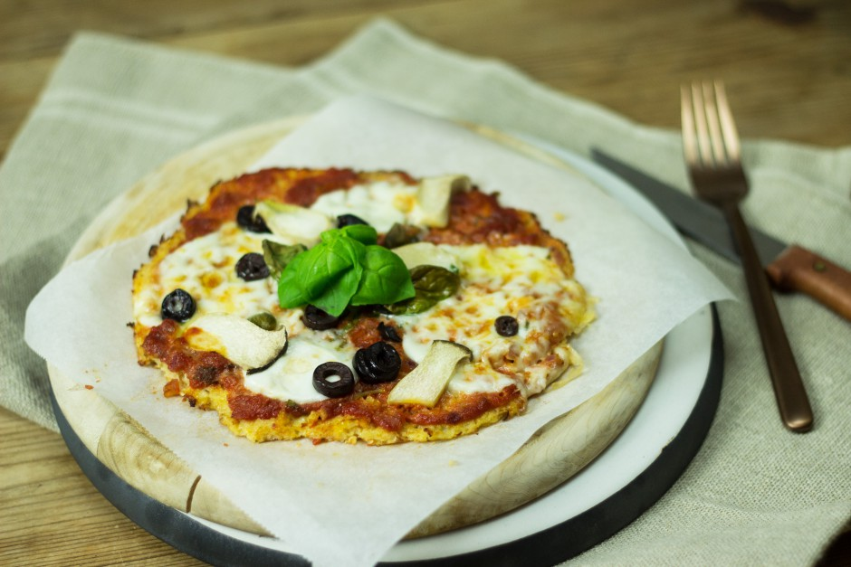 """Gesunde Pizza"" mit Karfiolteig, Büffelmozzarella, Oliven & Kräuterseitlingen"