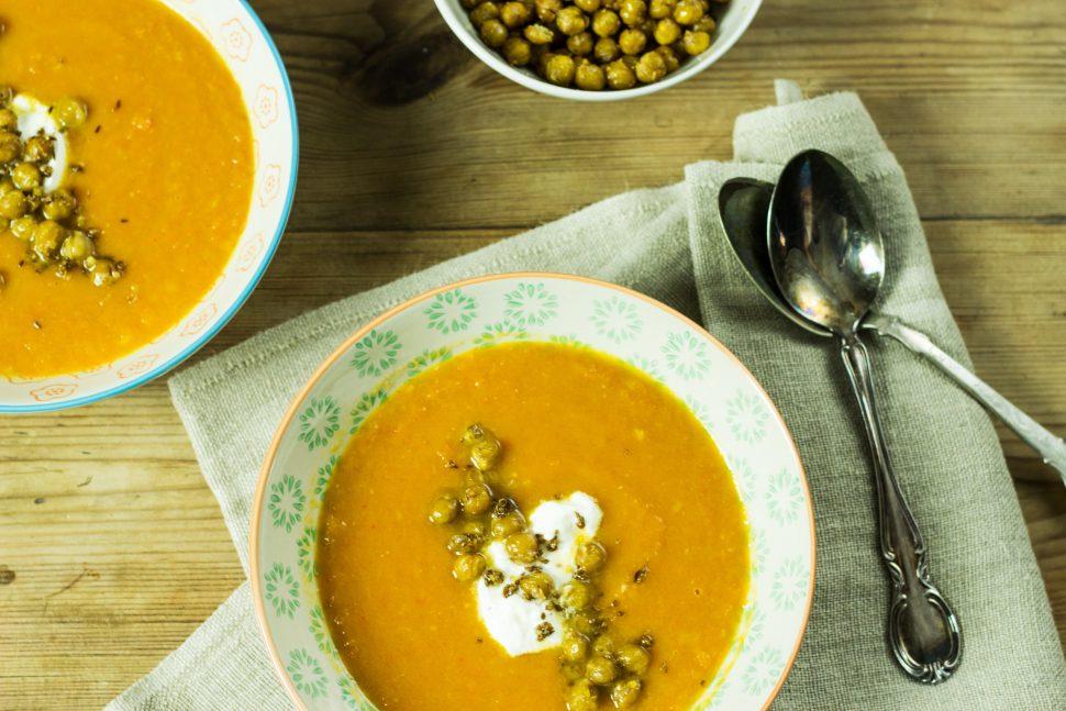 Karotten Ingwer Suppe mit Gewürz-Kichererbsen