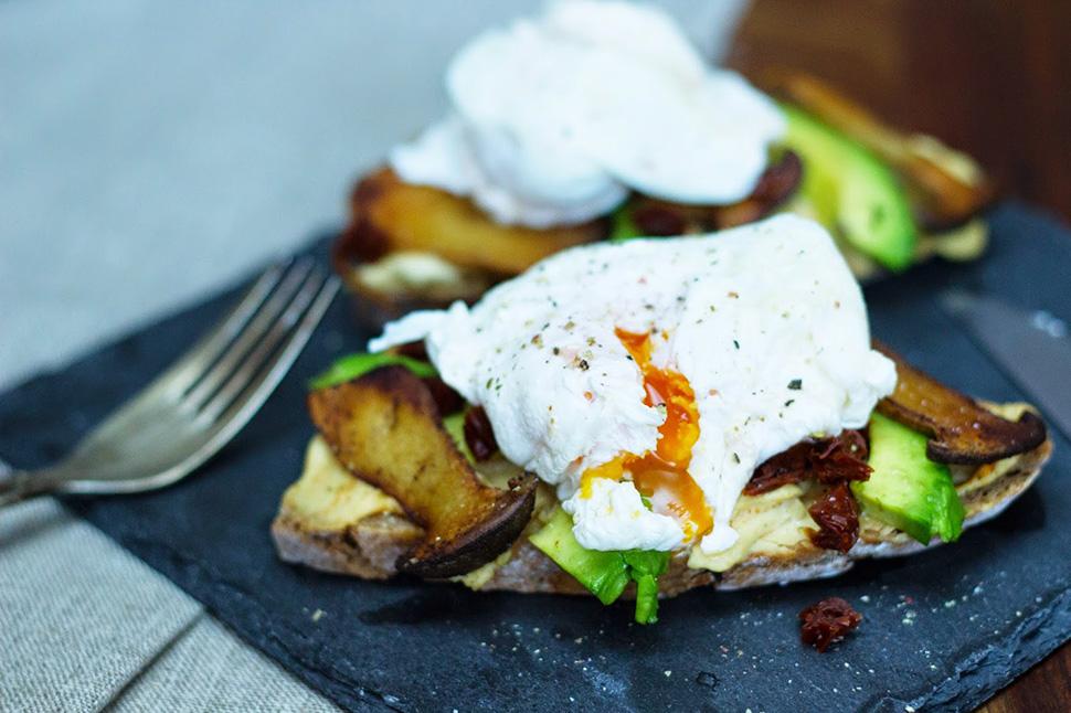 Pochiertes Ei auf knusprigem Brot mit Kräuterseitlingen, Avocado & Humus