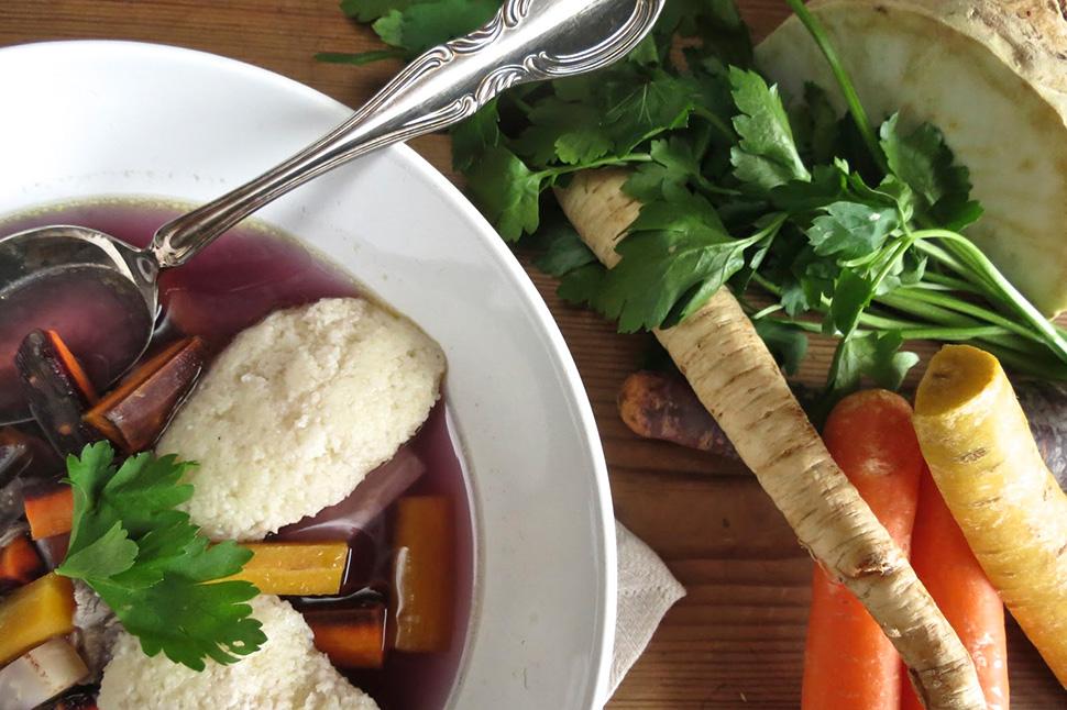 Grießnockerl in lila Hühner-Gemüsesuppe