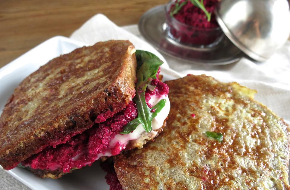 Roggensandwich mit Roter Rübe und Büffelmozzarella